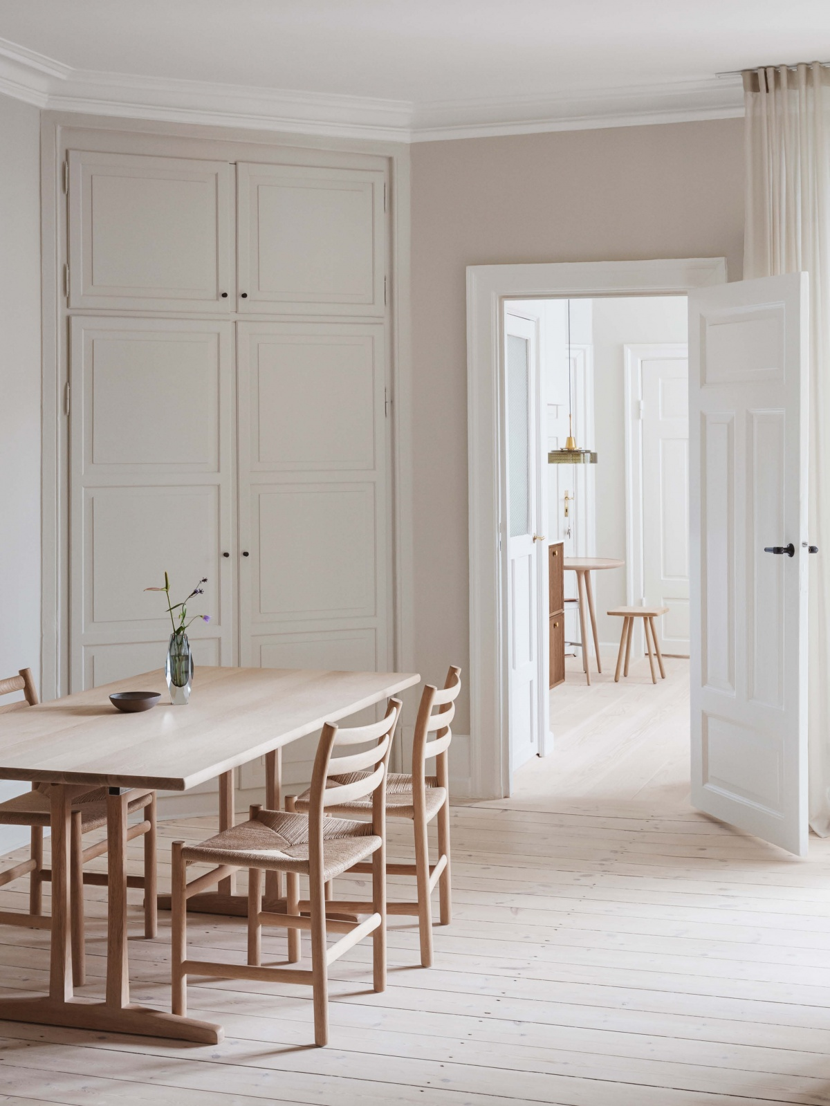 https://cdn-www.reformcph.com/LIght kitchen with dining table
