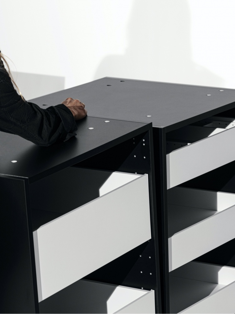 https://cdn-www.reformcph.com/Black kitchen cabinets with white drawers
